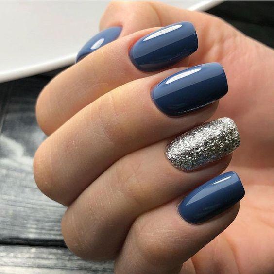 Srebrno niebieskie paznokcie