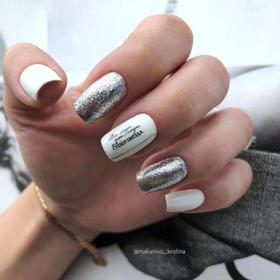 Biały manicure z brokatem