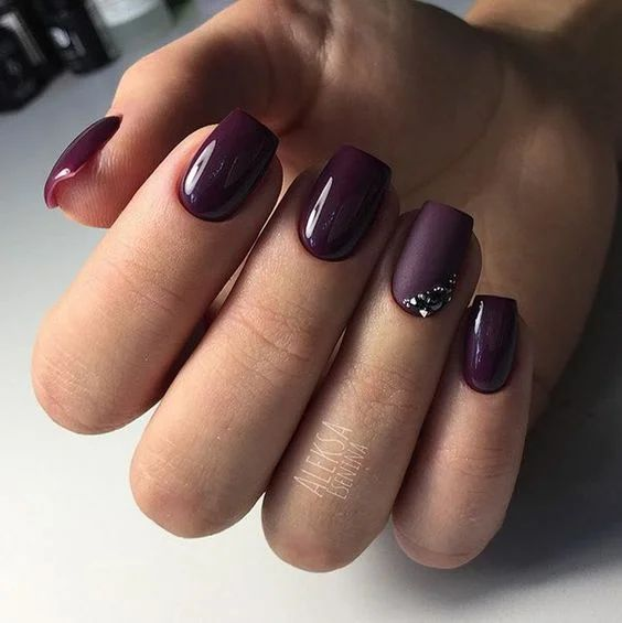 Bordowe paznokcie w macie