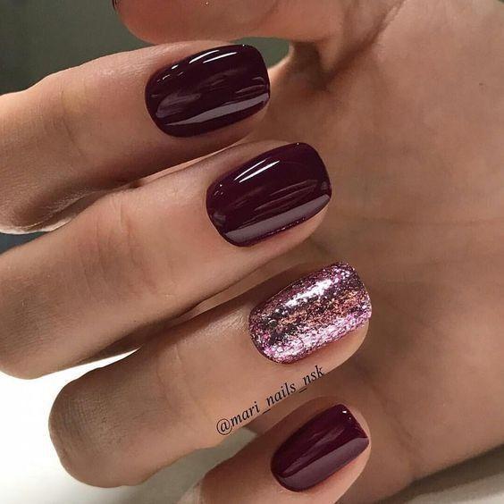 Bordowy manicure z różowym brokatem