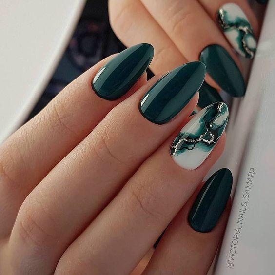 Ciemnozielone paznokcie z marmurkiem