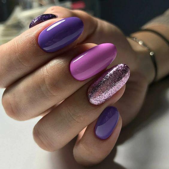Fioletowy manicure z brokatem