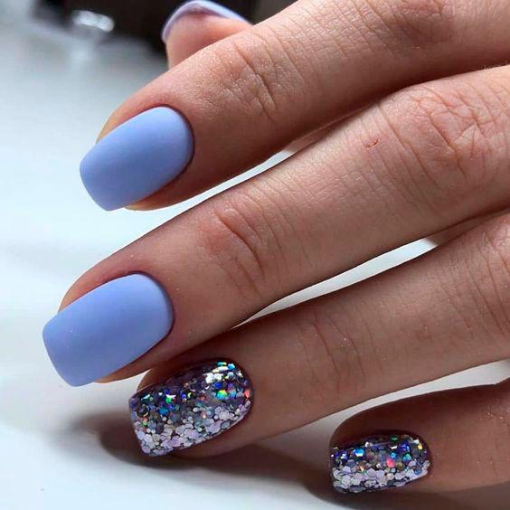 Jasnoniebieskie paznokcie z brokatem
