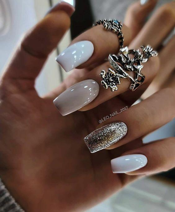 Manicure ze srebrnym brokatem