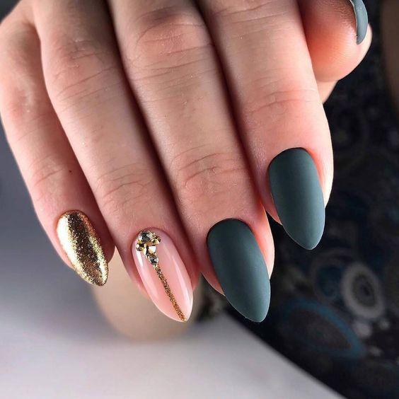 Matowy manicure z brokatem