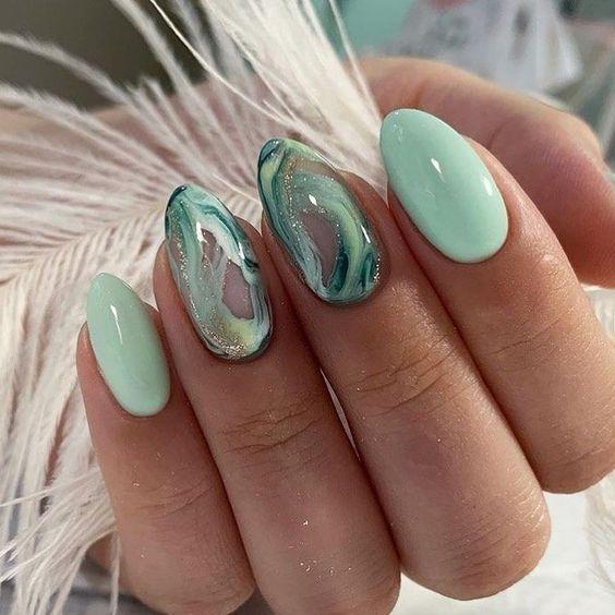 Miętowe paznokcie z efektem marmuru