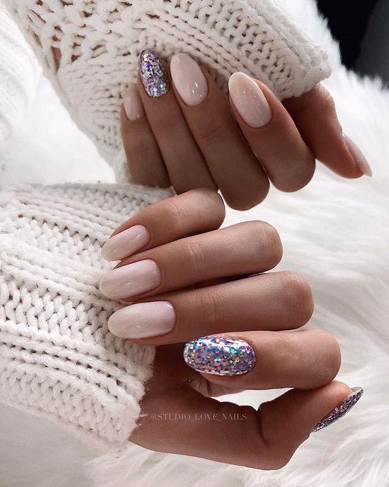 Mleczne paznokcie z brokatem