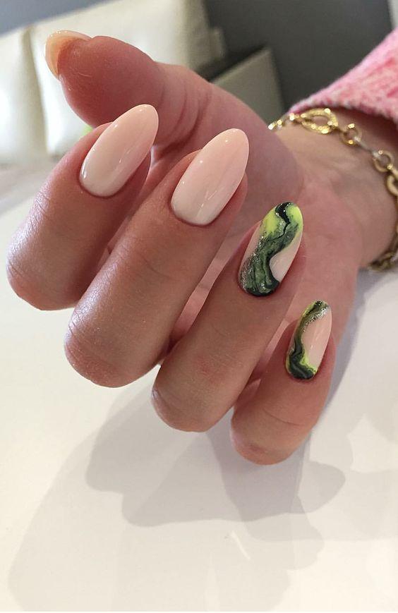 Naturalne paznokcie z efektem marmuru