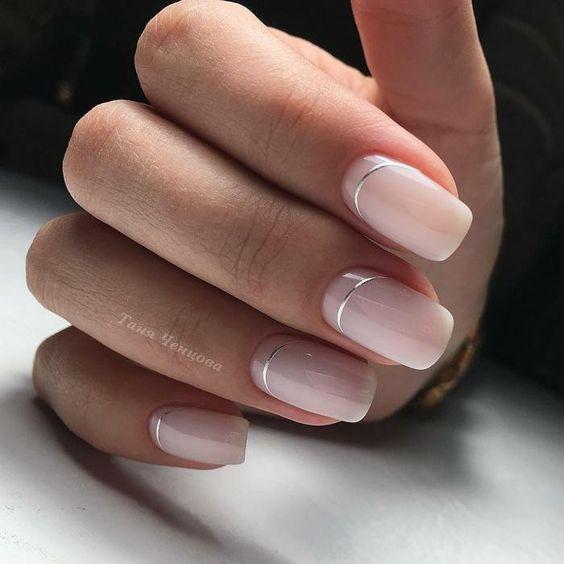 Naturalne paznokcie ze srebrnymi wzorkami