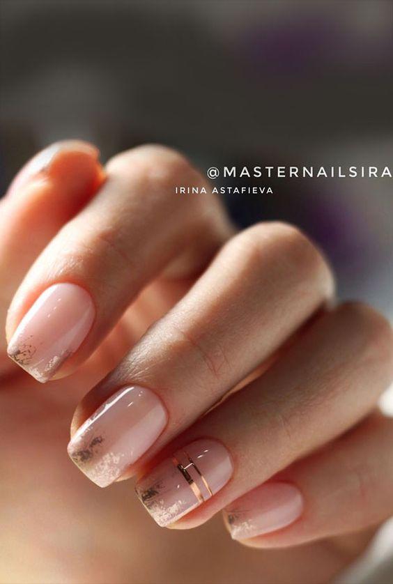 Naturalne paznokcie ze złotymi zdobieniami