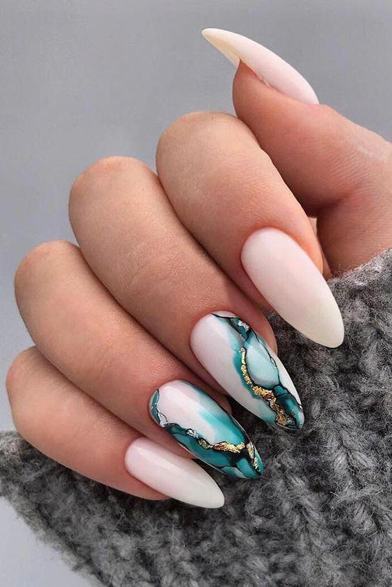 Naturalny manicure z efektem marmuru