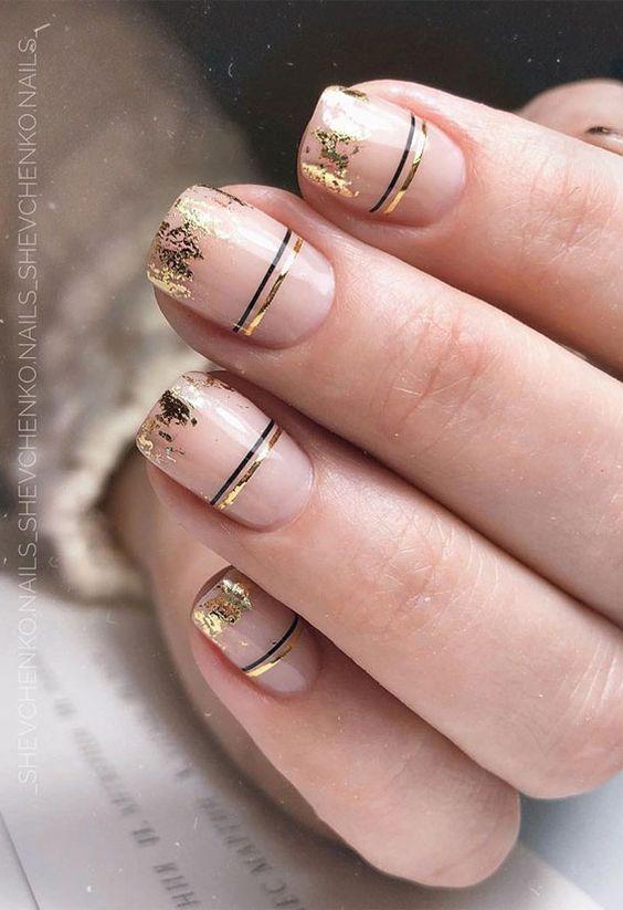 Naturalny manicure ze złotymi zdobieniami