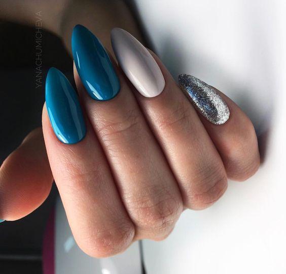 Niebieski manicure z brokatem