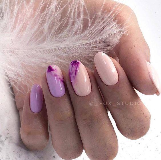 Pastelowe paznokcie z marmurkiem