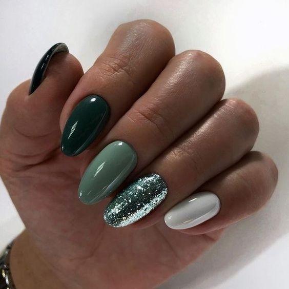 Zielony manicure z brokatem
