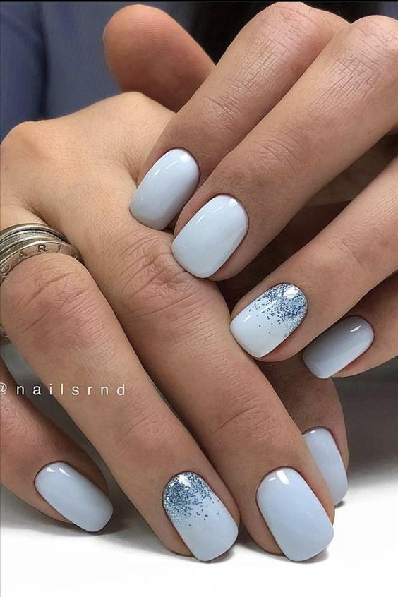 Błękitne paznokcie z brokatem