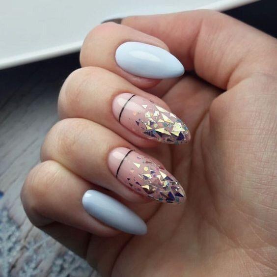 Błękitne paznokcie ze złotymi wzorkami