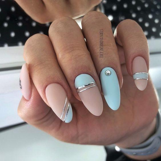 Błękitno beżowe paznokcie