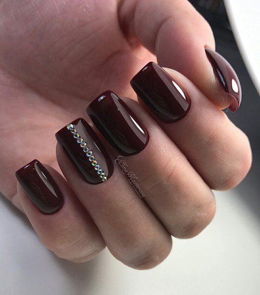 Brązowe paznokcie z cyrkoniami
