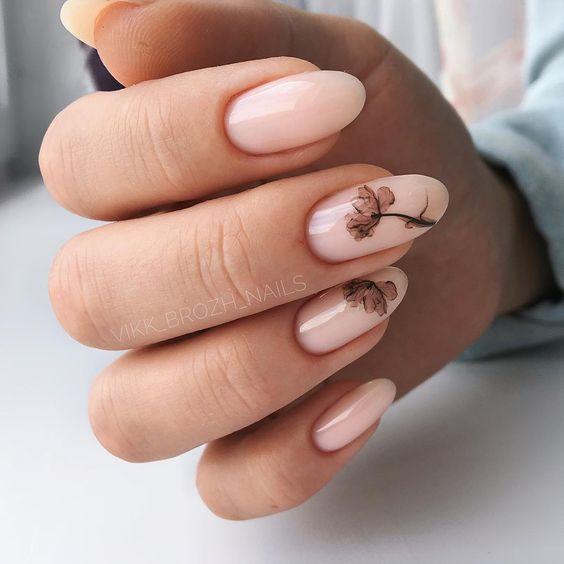 Cieliste paznokcie z kwiatami