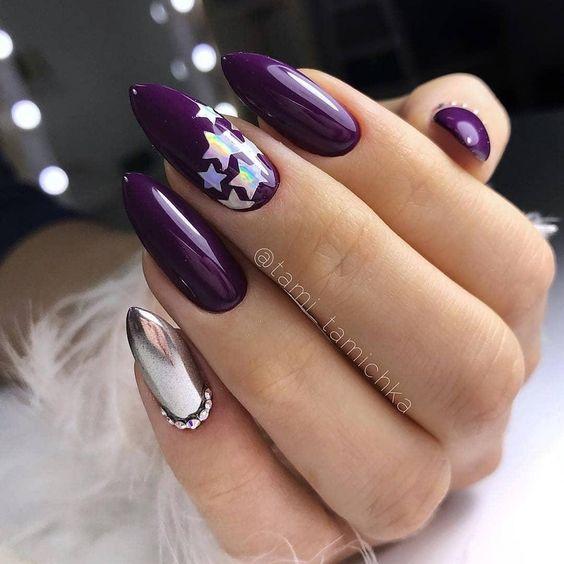 Ciemnofioletowe paznokcie z ozdobami