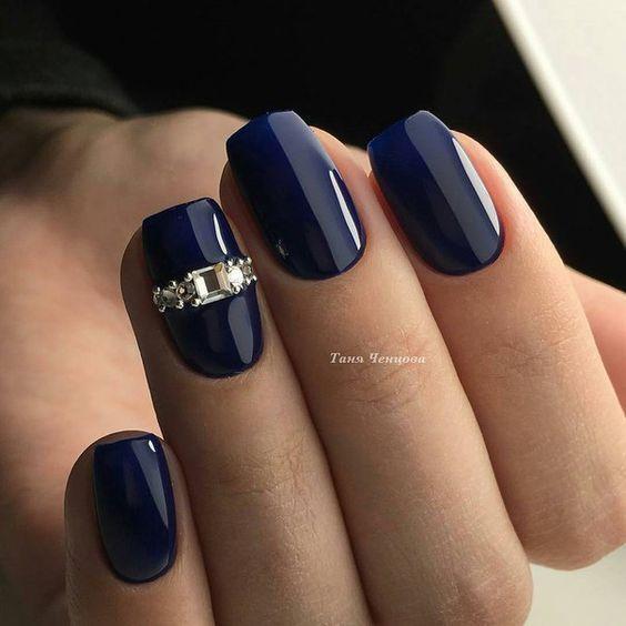 Ciemnoniebieskie paznokcie z cyrkoniami