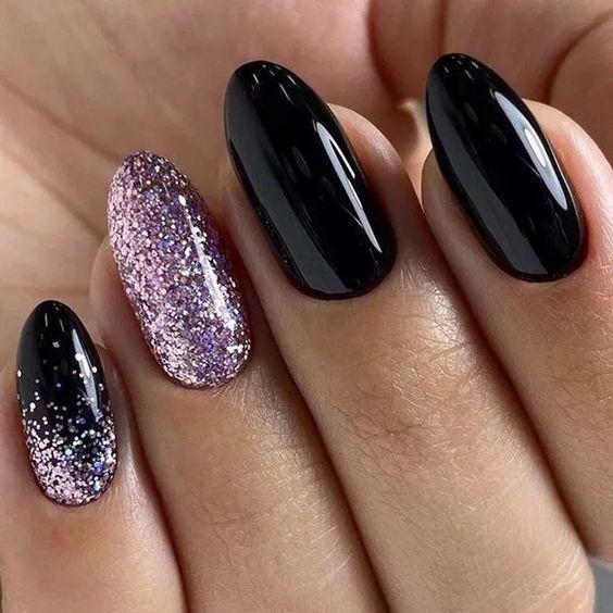 Czarne paznokcie z różowym brokatem