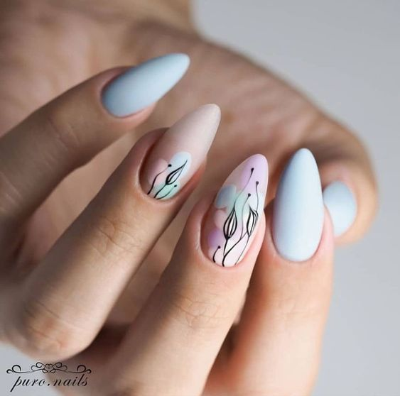 Jasnoniebieskie paznokcie z wzorkami