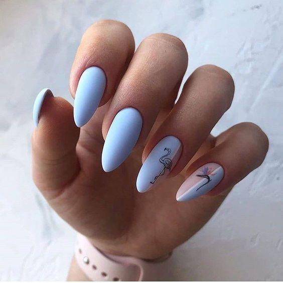 Matowe błękitne paznokcie z wzorkami