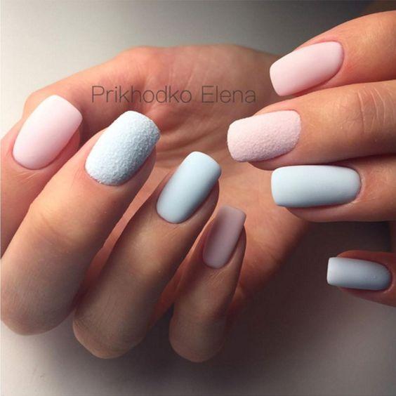 Matowe różowo błękitne paznokcie