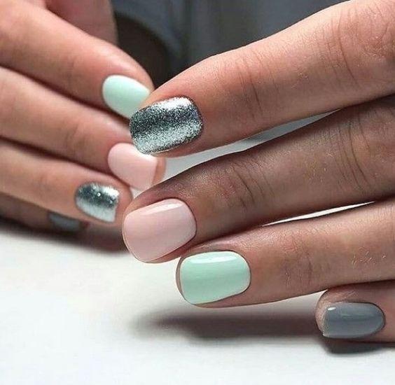 Pastelowe paznokcie z brokatem