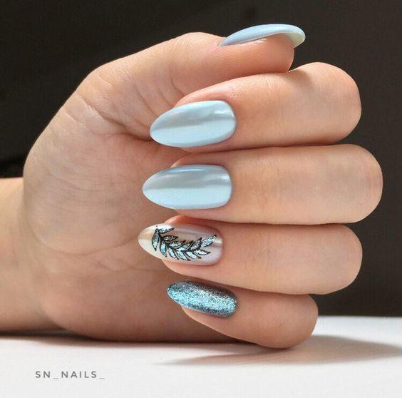 Perłowe błękitne paznokcie