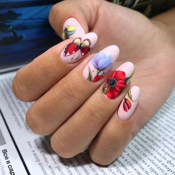 Różowe paznokcie z kwiatami na wiosnę