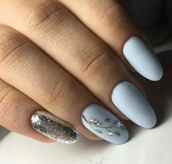 Srebrno błękitne paznokcie