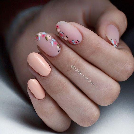 Jasne brzoskwiniowe paznokcie