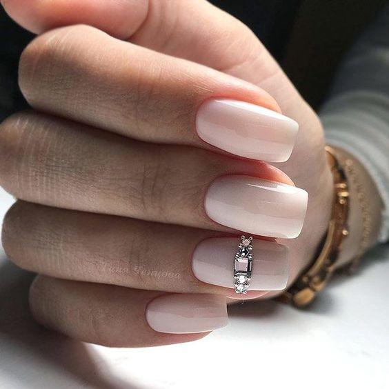 Jasne paznokcie z ozdobami