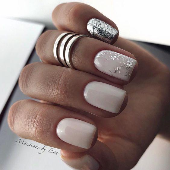 Jasny manicure z brokatem