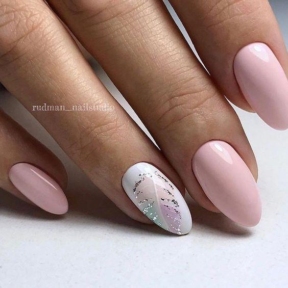 Jasny manicure z liściem