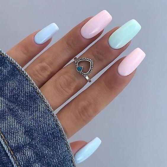 Kolorowe paznokcie w pastelowych odcieniach