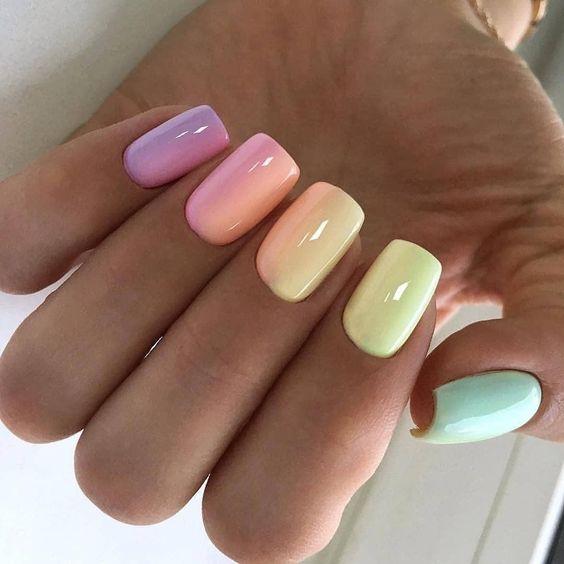 Kolorowy manicure w pastelowych odcieniach