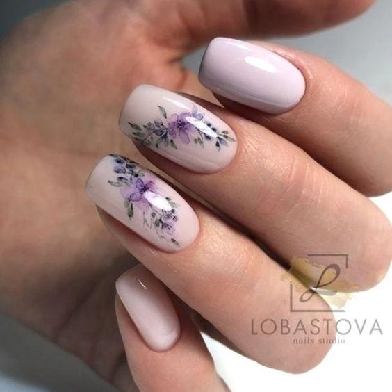 Krótkie pastelowe paznokcie z kwiatami
