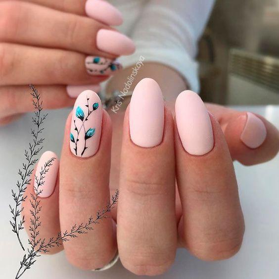 Matowe jasne paznokcie