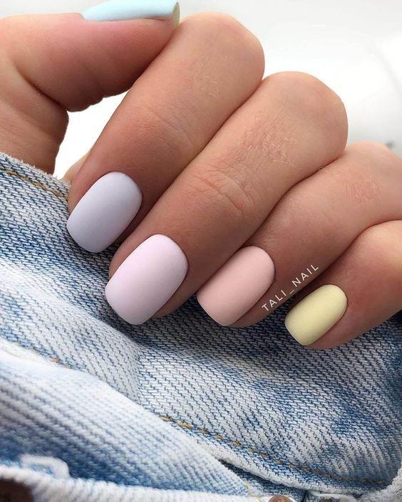 Matowy pastelowy manicure