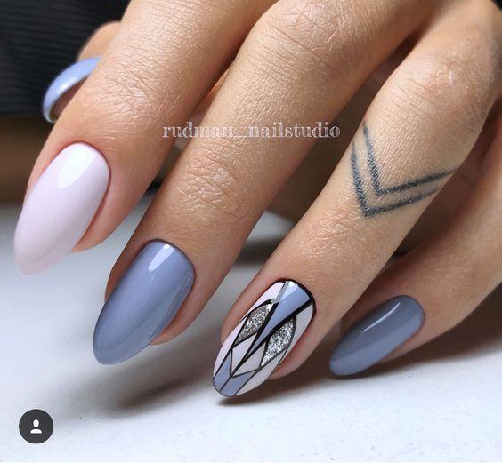 Pastelowe paznokcie z geometrycznymi wzorkami