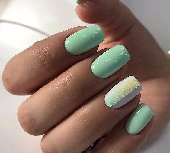 Pastelowy manicure w zielonych odcieniach