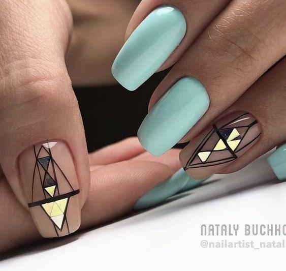 Pastelowy manicure z geometrycznymi wzorkami