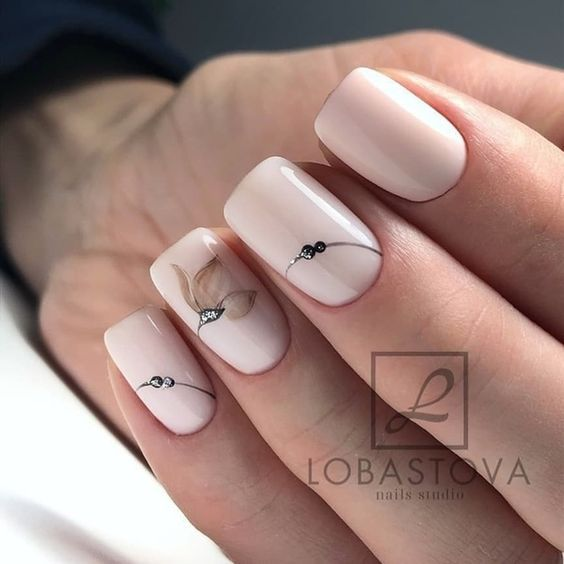 Subtelne paznokcie z wzorkami
