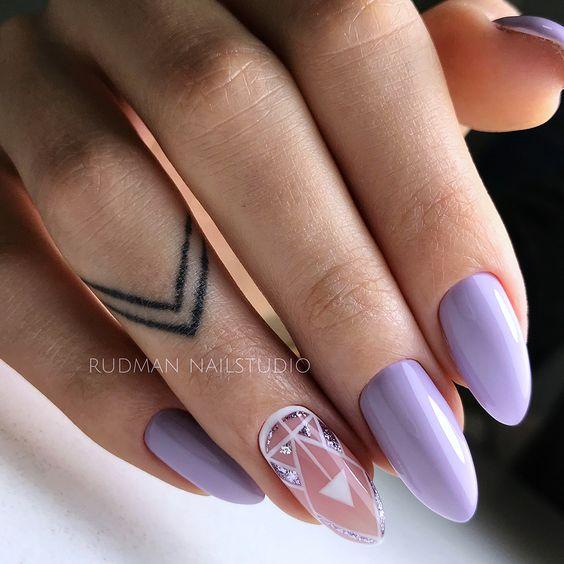 Wrzosowe paznokcie z geometrycznymi wzorkami
