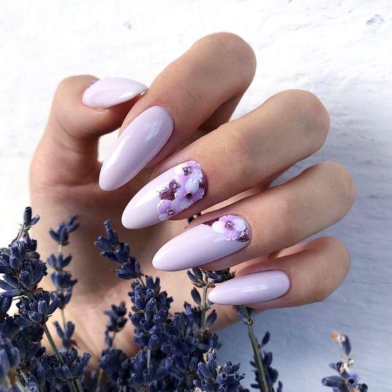 Lawendowy manicure z kwiatami