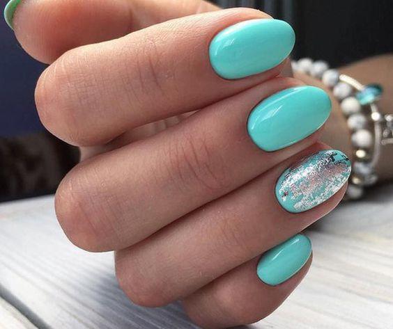 Miętowe paznokcie z folią transferową